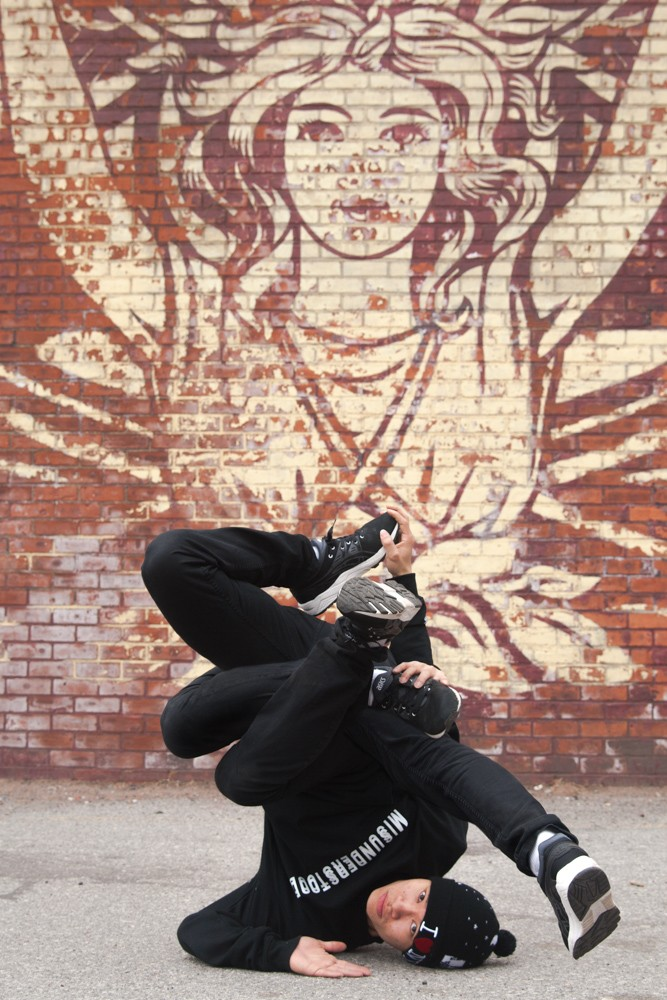 BBoy Monsters: Jumanji - Pretzel. BBoy Jumanji with threading in a shoulder freeze with 4 legs and 3 arms